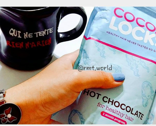 Hier j'ai reçu mon cocoa locks hot chocolate for healthy hair de chez @cocoalocksofficial ❤. le concept de ce produit est de fortifié les cheveux avec des minéraux et vitamines essentielles à leurs développement. il est constitué de 4 composants importants, l'Acide folic, le Zinc, le Sélénium et le Biotin.   Je ne l'ai pas encore testé mais il semble délicieux et efficace d'après les feedback.   ps: Ce produit ne doit pas être utiliser par les femmes enceintes ou celles en période d'allaitement ou bien par les personnes qui sont sous traitement médicales sans consulter un médecin .   Les doses journalières doivent être respecter.  ________________________  Yesterday I received my cocoa locks hot chocolate for healthy hair from #cocoalocks   the concept of this product is to strengthen the hair with minerals and vitamins essential for their development. it consists of 4 important components, folic Acid, Zinc, Selenium and Biotin.  I have not tested yet but it seems delicious and effective from the feedback.  ps: This product should not be used by pregnant or breastfeeding women or by people undergoing medical treatment without consulting a doctor.  Daily doses must be respected.