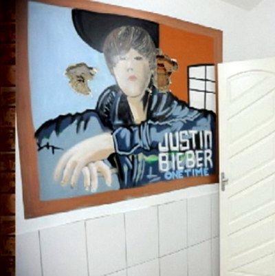 L'un des plus gros trafiquants de drogue brésilien a été arrêté la semaine dernière par la police. Chez lui, le dealer avait un tableau de Justin Bieber accroché au mur !  On vient de trouver le plus incroyable fan de Justin Bieber : il s'appelle Pezao et il est trafiquant de drogue brésilien. Malheureusement pour lui, le dealer va certainement passer le restant de ces jours derrière les barreaux… Après plusieurs mois d'une traque acharnée, il a été arrêté le weekend dernier lors d'une énorme descente de police à son domicile de Rio de Janeiro. Parmi les 11 tonnes de marijuana et les nombreuses armes à feu retrouvées, les policiers ont découvert un étonnant tableau accroché au mur : dans un des pièces de la maison trônait un portrait de Justin Bieber !  Regardez, le tableau a même été criblée de balles au moment de l'assaut ! Source: Staragora.