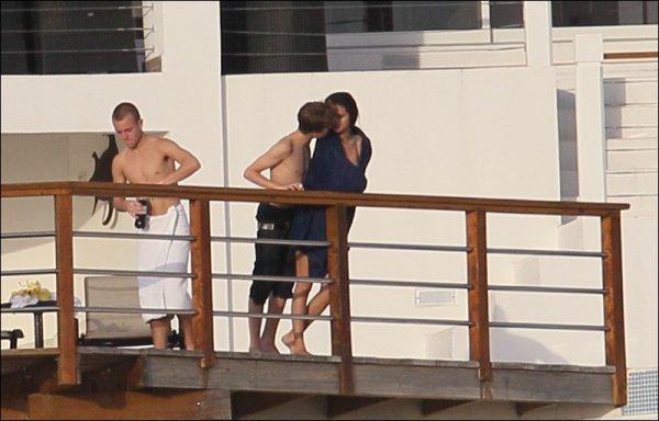 """Nouvelle photos de Justin Bieber et Selena Gomez à St Lucia !  Nous pouvons dire que """" Jelena """" ce fameaux couple, se dévoile de jours en jours, et nous pouvons dire qu'ils sortent ensemble. AFAIRE A SUIVRE =)"""