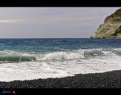 Des falaises d'ophiolite aux plages de galets noirs 2