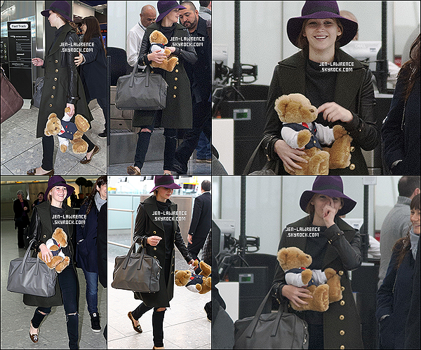 """11/02/13 : Jennifer à été vue avec sa peluche à l'aéroport Heathrow, à Londres (Angleterre).  C'est une Jennifer Law suçant son pouce que l'on retrouve, elle arrive même à faire son """"show"""" à l'aéroport."""