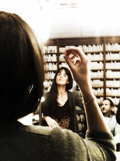 Laurie Samama devant le miroir