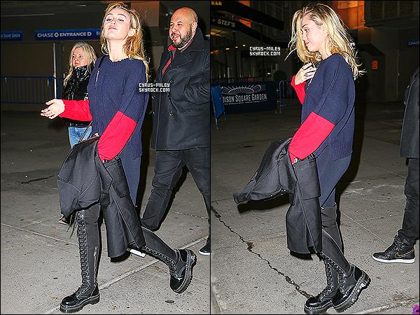 29/01/2018 : Miley Cyrus à été photographié au Madison Square Garden à New York. Au niveau de la tenue, Miley Cyrus étais vêtu d'un pull noir et rouge avec un leggins et de long botte noir, j'aime beacoup sa tenue, je lui accorde un Top.
