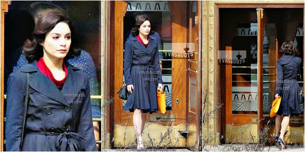 19/03/16 : Vanessa Hudgens partait de son hôtel The Sutton Place à Vancouver au Canada. Sa tenue est horrible à mon gout, je n'aime vraiment pas, sa veste et sa casquette ne sont vraiment pas top.