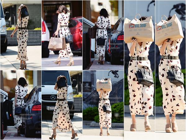 13/04/16 : Vanessa sortait de différents magasins à Woodland Hills, Studio City puis Los Angeles. Sa tenue est jolie, la robe est plutôt sympa, les sandales beige aussi, un petit top pour la belle.