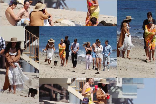 05/06/16 : Vanessa et Austin sont aller à la plage avec des ami(e)s comprenant Ashley Benson et Ryan Good à Malibu. Désolé pour la mauvaise qualité des photos, tenue plutôt pas mal, tout de blanc, petit top pour la belle.