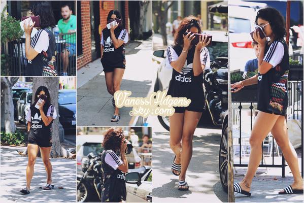 15/07/16 : Vanessa Hudgens a été faire quelques emplettes aux magasins Whole Food et Bed bath & Beyond, Studio City. Je déteste ses sandales toute moche, arrête de les  mettre Vaness !! Sinon sa robe/chemise est passable mais c'est pas le top.