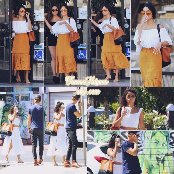 01/08/16 : Vaness a été vue sortant d'un salon de manucure puis ce promenant tranquillement avec Austin,  Studio City. La belle a changé de tenue entre ses deux sorties, les deux sont plutôt jolies mais ma préféré est celle où elle a la jupe orange.