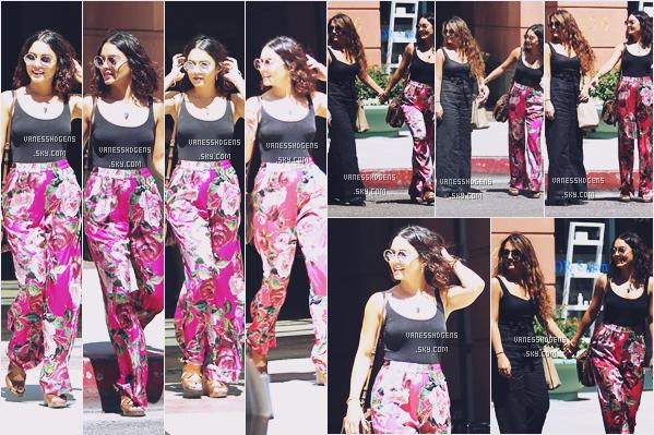15/08/16 : La magnifique Vanessa et sa soeur Stella ont été vues sortant d'un cabinet médical,  Beverly Hills. Je déteste complètement son pantalon, on dirai un pyjama tout pourrit..par contre le reste de la tenue est jolie et elle a le smile!!