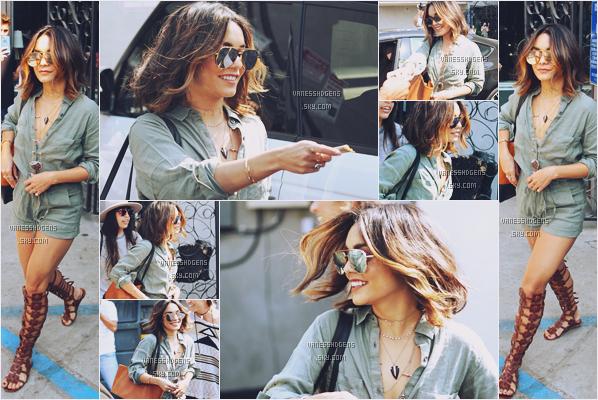 25/08/16 : Miss Hudgens a été repérée sortant du salon de coiffure Nine Zero One, West Hollywood. Sa nouvelle coiffure est splendide ! J'adore ses reflets, j'en suis fan, ça lui va tellement bien! Niveau tenue beau top également.