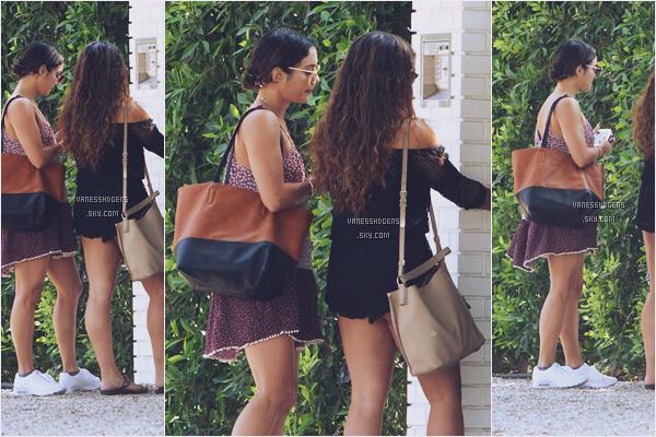 27/08/16 : Vanessa Hudgens attendait devant la maison de sa meilleure amie Ashley Tisdale avec Stella, Studio City. Niveau tenue c'est pas top top, je préfère celle du dessous, mais la robe est cute et lui va bien donc ça passe.