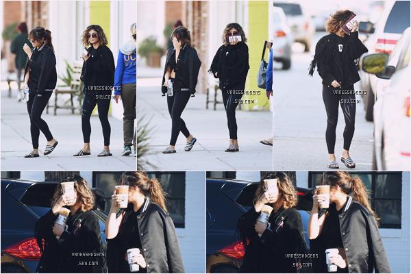 04/11/16 : Vanessa et sa soeur Stella était au sport puis sont allées à Alfred coffee + kitchen, Studio City. C'est une tenue de sport basique, j'ai pas trop mais bon c'est normal, par contre je peux vraiment plus leurs claquette :oo .