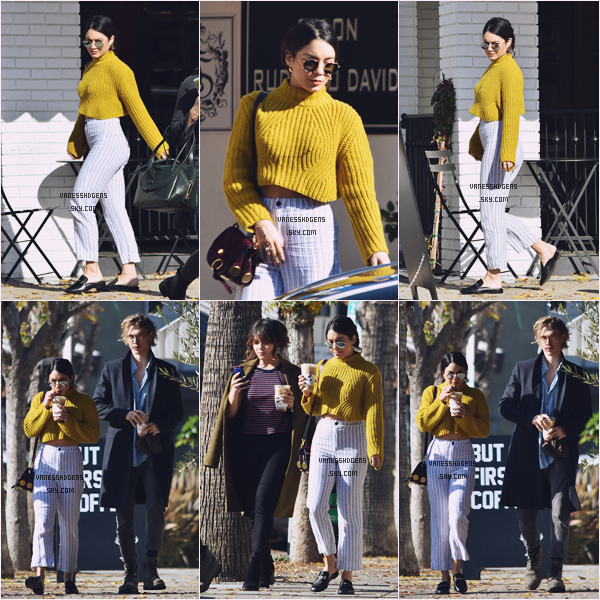 01/01/17 : Miss Hudgens accompagnée d'Austin et Stella sortait d'Alfred Coffee + Kitchen, Melrose Place.  Un très beau top pour cette première sortie 2017, je suis totalement fan de son pull, la couleur est parfaite, enfin bref beau top.