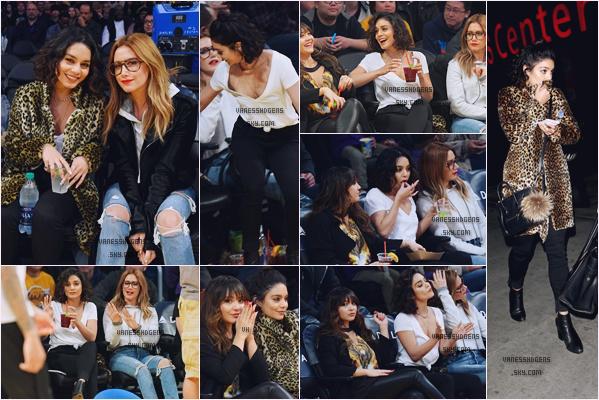 """15/01/17 : Vanessa était au match des """"Los Angeles Lakers VS Detroit Pistons"""" au Staples Center, Los Angeles. Elle était accompagnée d'Ashley Tisdale, son mari et Stella, j'aime bien sa tenue, ça change un peu, top."""