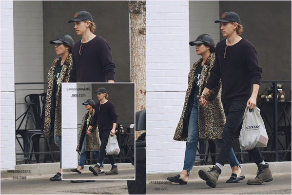 04/01/17 : Vaness et Austin sont allés à Aroma Coffee & Tea et Big 5 Sporting Goods, Studio City. J'aime pas du tout sa tenue, c'est vraiment pas mon style, la casquette c'est .. pas beau ou ça dépend comment ^^ Flop.