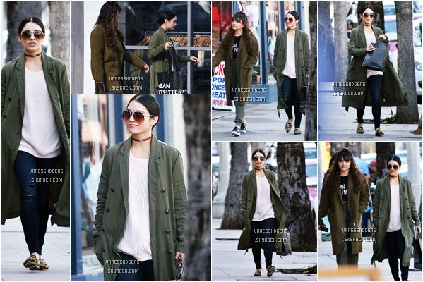 """24/01/17 : Vanessa Hudgens s'est rendue au magasin """"Urban Outfitters"""", Studio City. Encore une fois accompagnée de sa s½ur Stella, elles sont aller faire du shopping, top pour la tenue mis à part les chaussures."""