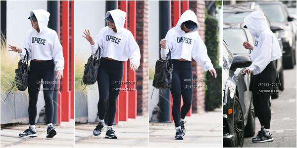 """02/02/17 : Vanessa Hudgens a été vue lorsqu'elle sortait de la salle de sport Training Mate"""" à Studio City. On ne voit, malheureusement pas Vanessa, toute camouflée de son sweet blanc, c'est un bof, tenue de sport quoi."""