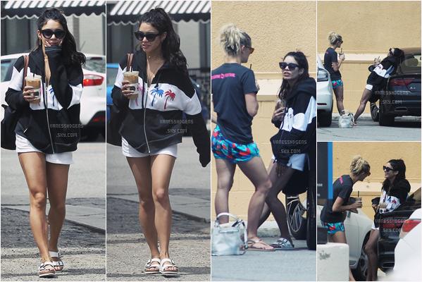 """- 26/04/17 :  Vaness H, toujours avec son amie, était à """"Alfred Coffee & Kitchen"""", Studio City (LA). Voici encore une fois une tenue très sportive, j'aime sans plus, sa veste est quand même jolie et ses chaussures horribles. -"""