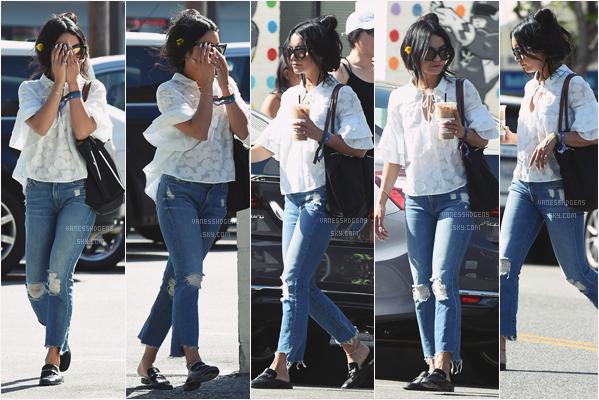 """- 27/04/17 :  Vanessa, seule, s'est rendue, encore une fois à """"Alfred Coffee & Kitchen"""", Studio City (LA). J'aime beaucoup sa tenue, son chemiser est super beau, et son jean lui va bien. Par contre je n'aime pas ses chaussures. -"""