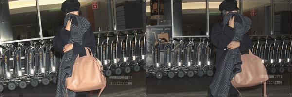 """- 11/05/17 : La magnifique Vanessa s'est rendue à la boutique """"Now Massage"""", Studio City (CA). Le 09/05, elle a été vue à l'aéroport de LAX, LA. La robe orange est jolie, mais bof pour les chaussures. -"""
