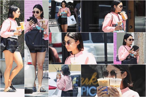 - 29/06/17 : Vanessa est aller à AC&K puis est allée chercher sa commande à Joan's on Third, Studio City (LA). Tenue assez sportive, j'aime beaucoup son pull rose, il est mignon, quant à ses chaussures je ne dirai rien la dessus.. petit top. -