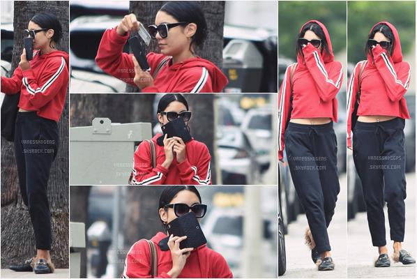 - 30/06/17 : Vanessa Hudgens a fait sa séance de sport, comme d'hab, à Wundabar Pilates, Studio City (LA). Toujours avec les mêmes chaussure, en tenue de sport, normal, j'aime bien son pull rouge et ses lunettes de soleil par contre. -