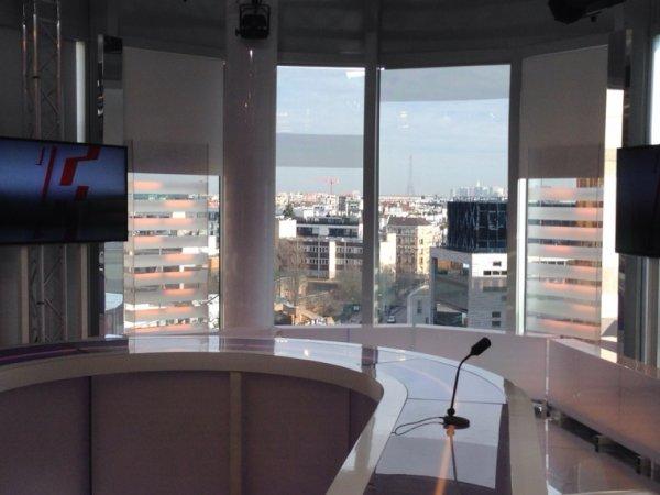 PLATEAU TV AVEC VUE SUR LA TOUR EIFFEL...AU TOP L'ÉQUIPE 21!