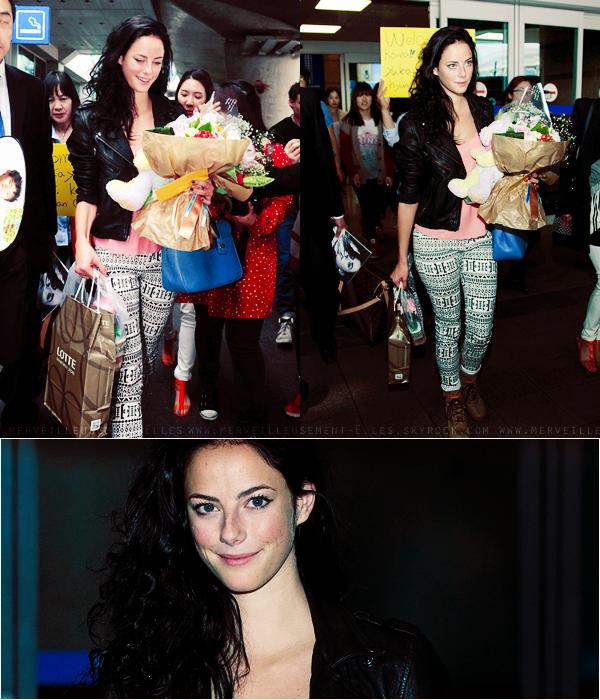 Δ 01/05/12 : Kaya à était aperçus à l'aéroport en Corée du Sud. Les Coréens lui ont fait unaccueilchaleureuxet lui ont offert des cadeaux. On peut constatéque Kaya est devenue bruneaprèsson expérience avec les cheveux violet. J'aime beaucoup sa tenue, elle à le sourire > C'est un top!♥