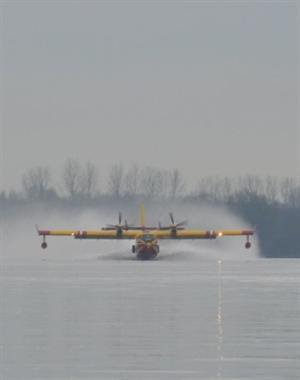 Un canadair sur la Saône