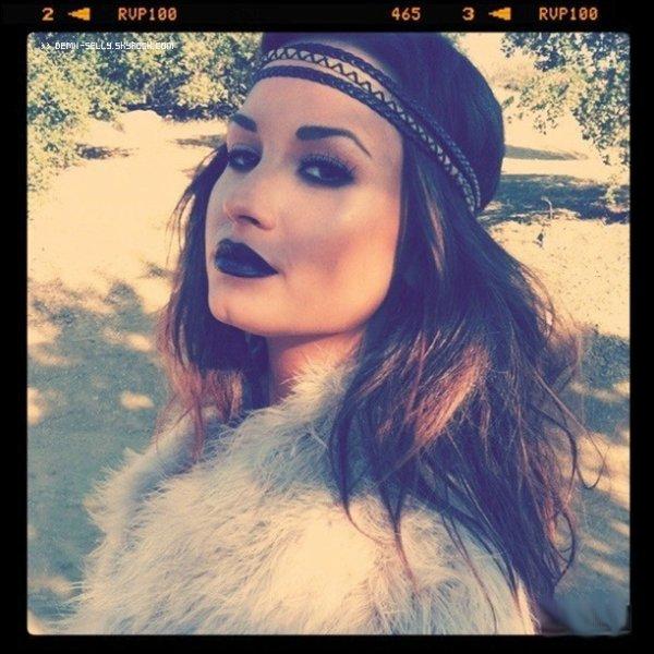 Demi Lovato 19 ans + Demi Lovato à douche nuptiale de Kim Kardashian (Mariage) le 20 + Demi et Hanna avec des amis ayant une sortie à Disneyl .and le 21 août 2011 + Photo Personnelle sur le tournage du photoshoot de son album Unbroken.