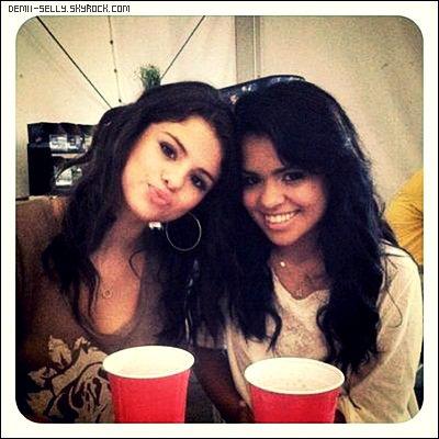 Demi Lovato dine chez son amie Hannah le 24 août + Selena Gomez à Molson Amphitheatre, Toronto le 23 août + photo personnelle.