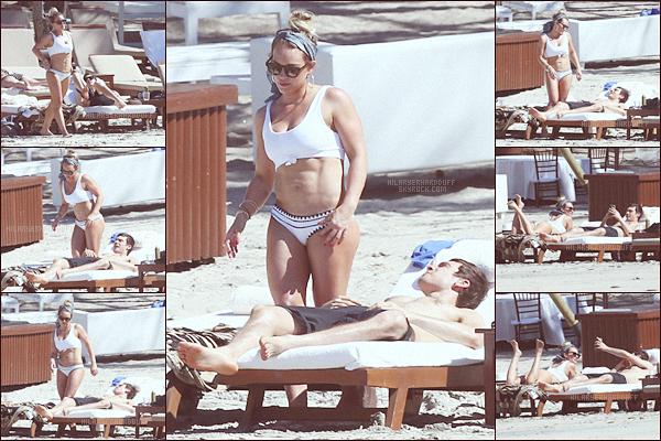. .15.02.17. ─ Hilary et son nouveau Boyfriend ont été photographiés ensembles sur la plage de Costa Rica. Le couple est trop adorable ! Ils vont tellement bien ensembles pour ma part ! Quoi de mieux que de se détendre avec son chéri ? .