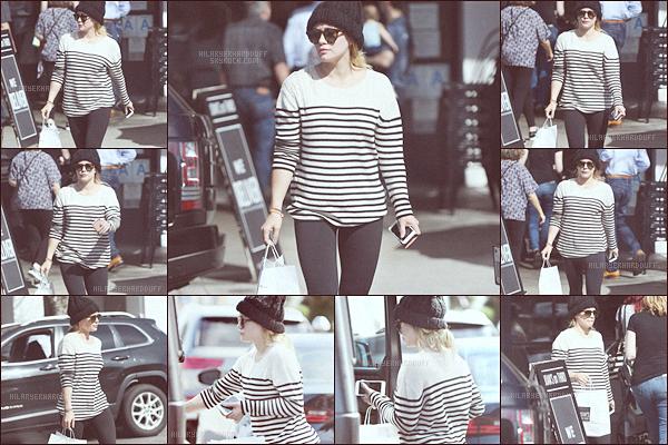 . .13.02.17. ─ Hilary. Da été photographiée quittant le restaurant Joan's On Third dans les rues de Los Angeles. Dans la même journée la belle a été aperçue avec une nouvelle tenue à Beverly Hills, j'aime beaucoup sa tenue, simple mais jolie. .