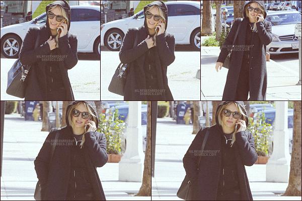 . .23.02.17. ─ Hilary Duffvêtue de noir a été photographier se rendant à la gym dansStudio City,enCalifornie. Humm que dire...? Hilary serait-elle devenue le petit chaperon noir ? Ahah..Je rigole bien sûr, j'ai juste pas d'avis à donner sur sa tenue. .