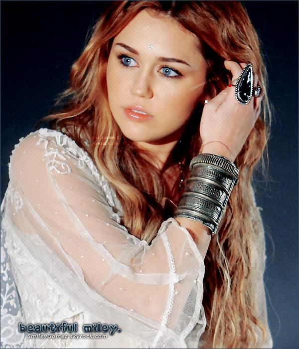 _Rubrique WOW : Miley, plus resplendissante que jamais, rencontrant des fans espagnols, ce o5/11.