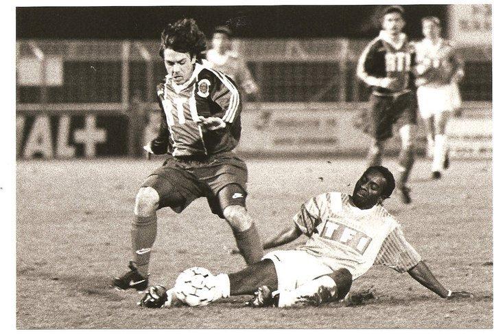 Kamel Boucenna (Racing 92, n°13), porté en 16ème de finale de coupe de France contre la Berrichonne, le 12/02/1994 (maillot échangé avec un joueur de la Berri)