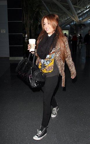 At JFK Airport in NYC (6th March 2011). Coté Tenue: Des converse noir que j'adore et une veste panthère que j'adore aussi , un liging noir , une t-shirt COOL et un super sac