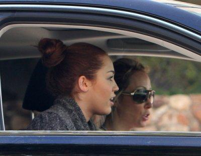 Heading to a Dance Studio (7th March 2011). Miley avec sa mere se dirigeant vers un studio de dance le 7 mars 2011. coté tenue: eh bien on ne vois pas beaucoup ces habits mais avec se quon voie sur les photos pour moi c'est un tout petit TOP ou en gros un petit FLOP si vous voyer se que je veux dire .