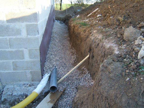 le lendemain dimanche mise en place galet sur le drain tout le tour de la maison pavillon demi. Black Bedroom Furniture Sets. Home Design Ideas