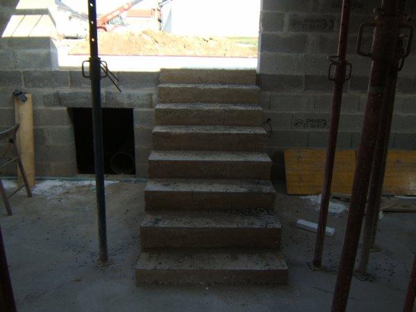 escalier du bas couler par le macon pavillon demi niveau brique rouge. Black Bedroom Furniture Sets. Home Design Ideas