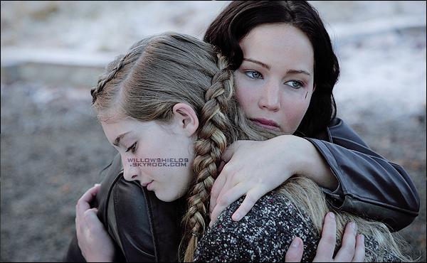 HUNGER GAMES ▬ Un magnifique still de HG de Katniss (Jennifer Lawrence) et Primrose a été révélé ! Cette photo montre à quel point Katniss et Primrose ont un lien fraternel très fort, magnifique photo. Découvrez aussi le teaser de HG.