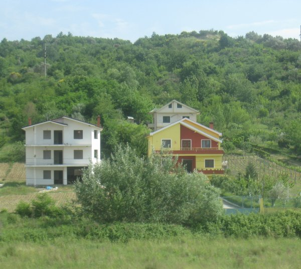 CURIOSITES ET RONDS-POINTS ALBANAIS