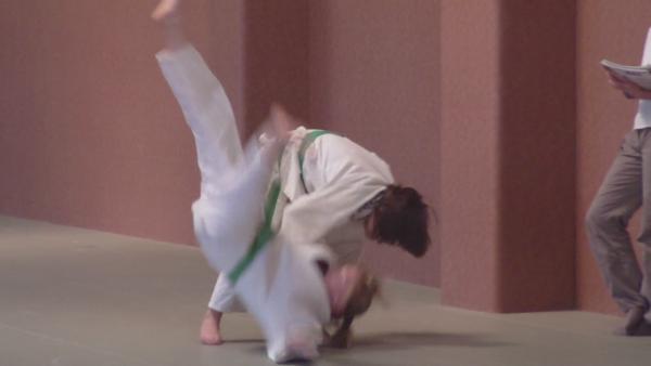 Tout le monde doit ce demander si Laura suivra sa soeur l'année prochaine , OUI ou NON ? Je dirais que je ne sais pas seule Laura décidera car cela dois partir d-elle et non pas de moi un enfant et libre de choisir seule son avenir ! Contrairement a Brenda qui avait déjà prit sa décision très, très jeunes des quelle a aprit qu'on pouvait alliée le sport avec les études vers l'age de 8 ans elle n'a pas laisser passer ça chance et la saisie aussi vite et n'a plus jamais parler que du judo et de l'école ...Encore une affaire a suivre l'année prochaine pour Laura !!!