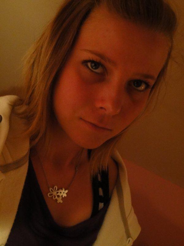Célia / 18 años / Minimoys, Crevette / 22.02.96 / En couple / 01 / Español (l) / Facebook: Mini Célia ajouté moi :) ܤ