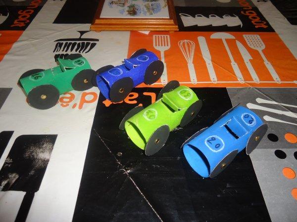 petites voiture réalisée en rouleaux de papier toilette - blog de
