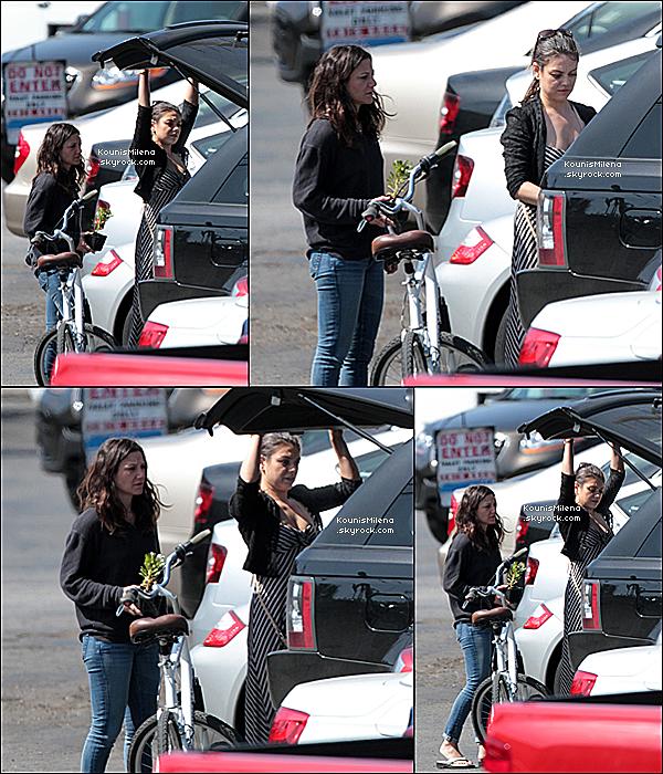 .  10/03/2012 - La jolie Mila a été vu faisant du vélo dans les rues de Los Angeles en Californie.  Dans la même journée Mila a été vu allant diner en compagnie des ami(e)s à Vanice toujours à Los Angeles..