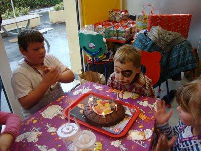 voici quelque photo d anniversaire de julien au quick ils s est super bien amuser avec ses amis et eu la visite de sa marraine et de sont parrain et papy et mamy;bise