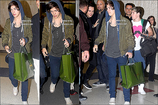 .  25/11/12 : Harry et le groupe était à l'aéroport JFK à New York (USA) pour de la promotion 1DWorld. .