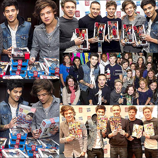 .  27/11/12 : Harry et les 1D ont officiellement présenté leurs nouvelles poupées à New York (USA).  Harry S. à présenté la nouvelle collection de poupées à son effigie avec joie et bonne humeur pour le plus grand plaisir des fans .  .