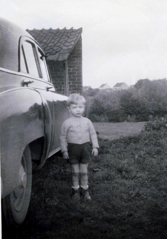 Moi, à côté de la voiture de mon grand-père...!